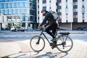 mężczyzna na elektrycznym rowerze